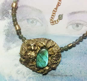 122H-016 Bronze necklace litlle Owl & a nice  labradorite stone with blue flashes