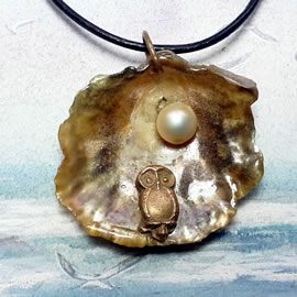 142H2-096 Pendant: Bronze owl , goldy-grey anomia shell+black sweetwater pearl