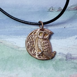 142bp-052 Pendant little owl celtic designs and pentagram   in patined  goldy bronze
