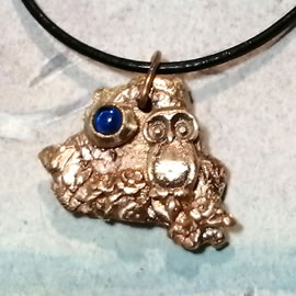 142zH-046 Bronze pendant, meteorite-owl +blue lab-corundum, black leather