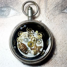 20h09-022 Steampunk pocket-watchcase pendant gears, dial, starfish in resin