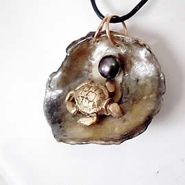 242T0-016 Pendant: Bronze Sea-turtle , beautiful grey anomia shell+black sweetwater pearl