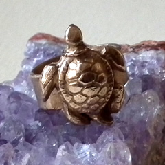 292T-002 Bronze ring decorated with a little sea turtle  US 6.3/4