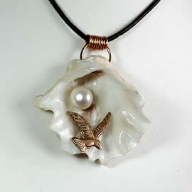 342G1-018 Pendant: Bronze seagull ,oyster shell+white sweetwater pearl