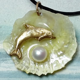 442U0-097 Pendant goldbronze Dolphin on a beautiful transluscent anomia shell+swemia shell
