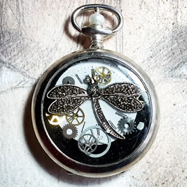 80hK2-016 Steampunk pocket-watchcase pendant gears, dial, dragonfly in resin
