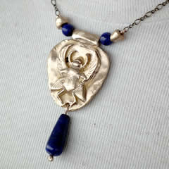 A22a-011 Necklace, egyptian scarab in goldcolour bronze +lapis lazuli