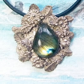H21X-029 white Bronze necklace : beautiful blue-green Labradorite