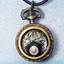 b-4hy-030 little steampunk pendant/watchcase, gears, cogs and real compass