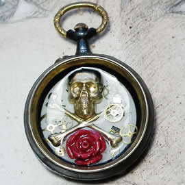 q09q-006 Pendant steampunk-gothic Watchcase with a pirat skull, coral flower in resin