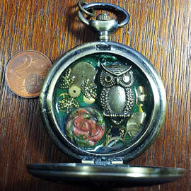 14h0-029 pendant steampunk ow and gears in an old pocket watchcase