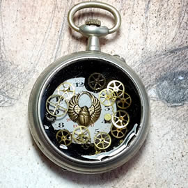 b4hK0-006 Steampunk Pendant gears,dial, resin egyptian beetle in a pocket watch case