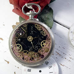 b4hzc-035 steampunk Pendant : watchcase,pink resin, gears..Time has stopped