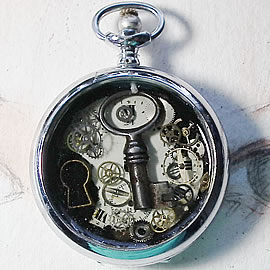 b4hzk-007 pendant steampunk watchcase gears and resin the time key
