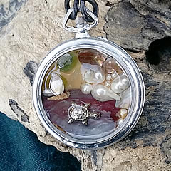 20hT-037-Pendant beachcombing treasures, pearls, turtle  in an old pocketwatch case