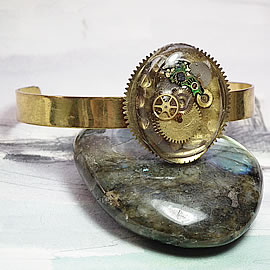 b7fv-005  Ajustable Steampunk bracelet, resin cab with cogs inclusions, gears