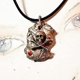 f42qz-040 Bronze pendant, meteorite-gothique  - pirate skull - , red zirconium