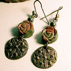 g62a-003 Earrings round antic style bronze piec with  unakite flower
