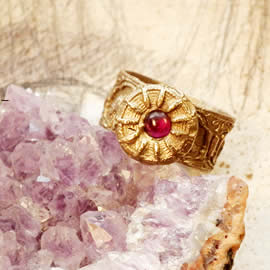 g92a-001 Ring in bronze with a garnet- red lab-corindon cabochon US:8.3/4
