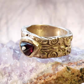 z92a-021 Unisex  medieval-renaissance  ring  bronze+red garnet trilliant us 10 can be wide