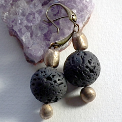 h62a-007 Earrings with bronze beads  and black lavastones