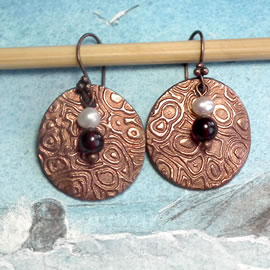 h63a2-023 art-deco style Earrings in copper with sweetwater pearls and  Garnet beads