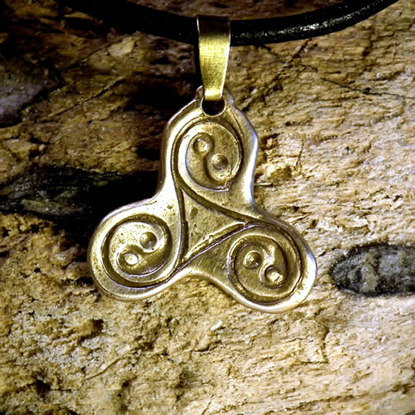 y42b-046 Pendant  bronze(white or goldy) triskej with  3 yin-yang signs  on a black leathe