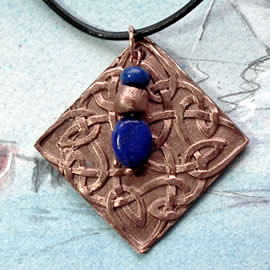 j43a-042 Copper pendant  decorated with celtic knot+lapislazuli beads