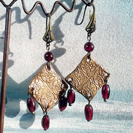 j62a0-009 Gold bronze earrings celtic knots  with real garnet beads