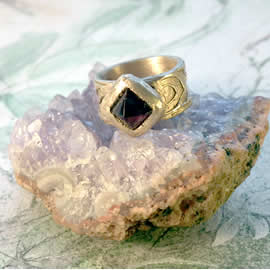 j92a-011 Celtic style Ring in bronze & square garnet cab US: 7 narrow