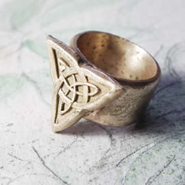 j92b-017 Unisex bronze  ring with  a  celtic Trinity knot