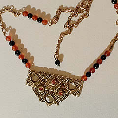 k22a-010 Collier bronze+zirconia, with cornaline & onyx beads