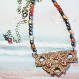 k22a-010 Collier bronze+zirconia, with cornaline & hematite beads