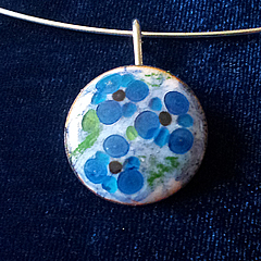 m24A-009 Romantic necklace in enamel  with  little blue flowers