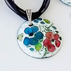 m46A-003 Romantic pendant in enamel with  little blue and  pink flowers