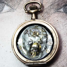 q09q-021 Pendant steampunk-gothic with a resin  skull, dial and gears