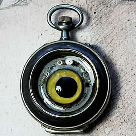 q09q1-013 Pendant steampunk-gothic with aglass owl eye, gears, dial and resin