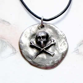 q41q7-016 GotikPirat's skull pendant in white  bronze on a black leather