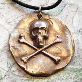 q42q8-003 GotikPirat's skull pendant in bronze on a black leather