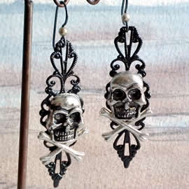 q69q-001 Gotik earrings , black filigran and old silver  colour  skulls