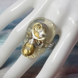 q9sq-004 Ajustable gothic-steampunk  skull ring  in resin and cogs