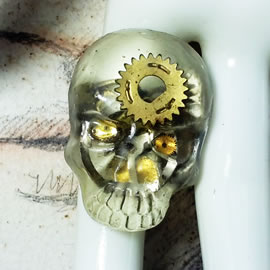 q9sq-010 Ajustable gothic-steampunk , filigree ,  skull ring  in resin and cogs