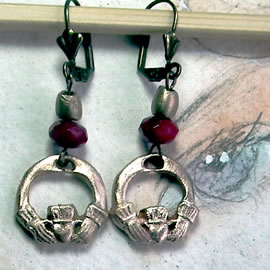 r62a-030 Celtic Earrings  little irish Claddagh  in yellow bronze+Treated rubies beads
