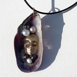 v4212-004 Pendant: Bronze goddess Freyja's face, sweetwater pearls on a violet mussel