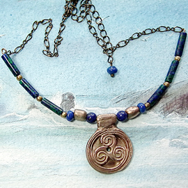 y22a-063 Necklace triskel with lapislazuli bead, lapis/malachite tubes & brass chain