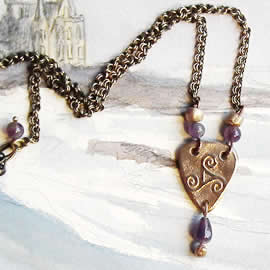 y22a5-012 Little bronze triskel necklace with amethyst beads