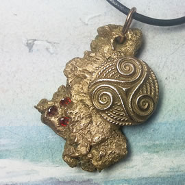 y42a0-004 Bronze pendant, bronze meteorit + celtic Triskelion and 3 red Czirconias