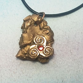 y42az-023 Bronze pendant, bronze meteorit + celtic Triskelion and an red  zirconia