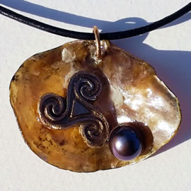 y42t0-113 Pendant goldbronze triskel, anomia oystershell+black freshwater pearl