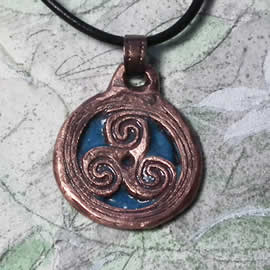 y43p-031 Pendant  copper triskel  and  blue cjamplevé onamel a black leather strap